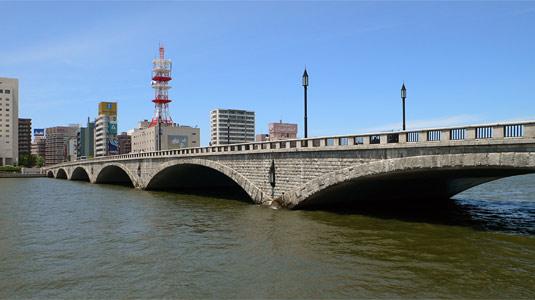 万代橋 (→てくてくの足あとによる写真の盗用) 萬代橋(ばんだいばし)は,信濃... 六連アーチ